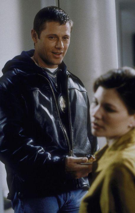 Ein letztes Mal vergewissert sich Robert (Grant Show, l.), ob seine Ex-Frau Alison (Eva La Rue, r.) gegen die Kälte gewappnet ist ... - Bildquelle: Trimark Pictures