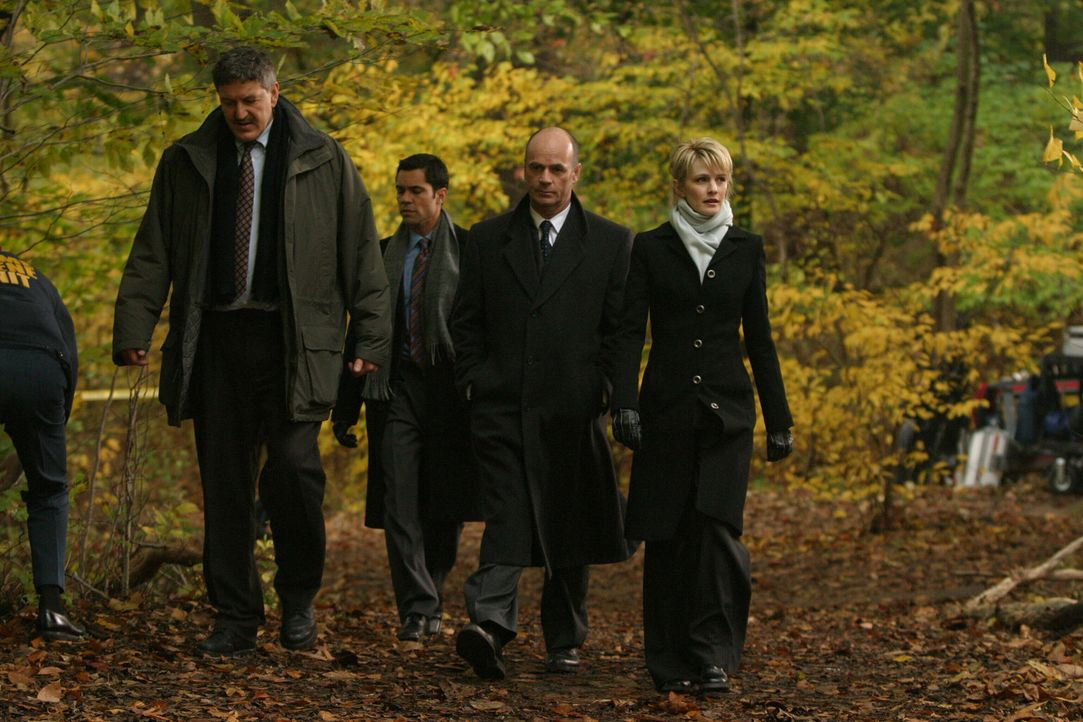 Detective McElroy (John Benjamin Martin, l.) begleitet Det. Scott Valens (Danny Pino, 2.v.l.), Lt. John Stillman (John Finn, 2.v.r.) und Det. Lilly... - Bildquelle: Warner Bros. Television