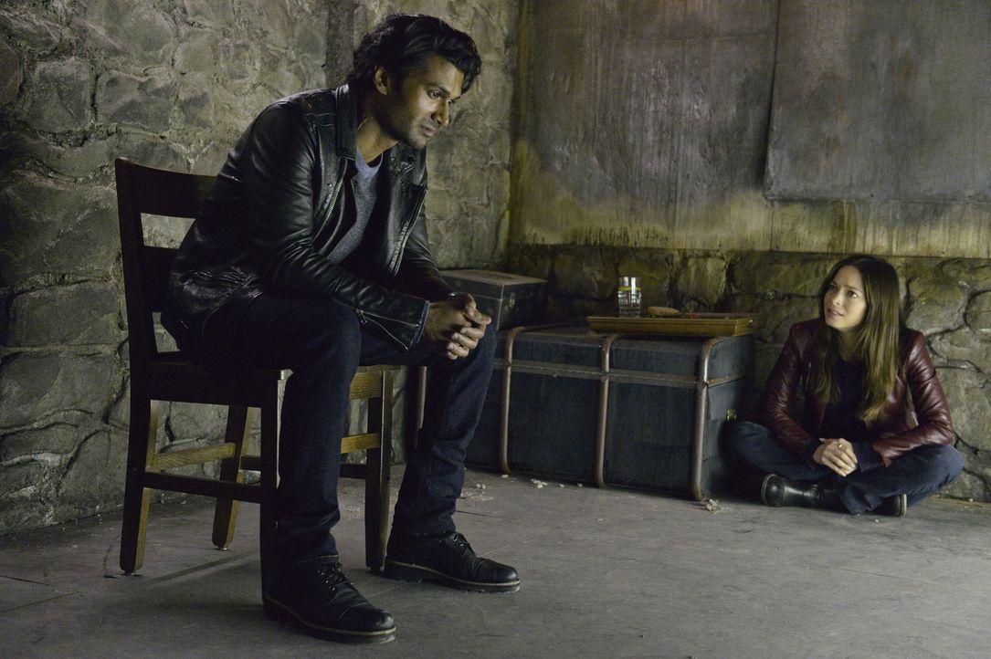 Gabe (Sendhil Ramamurthy, l.) befürchtet, dass sein Plan nicht aufgeht und ihm bleibt keine andere Wahl, als Catherine (Kristin Kreuk, r.) zu entfüh... - Bildquelle: 2012 The CW Network, LLC. All rights reserved.