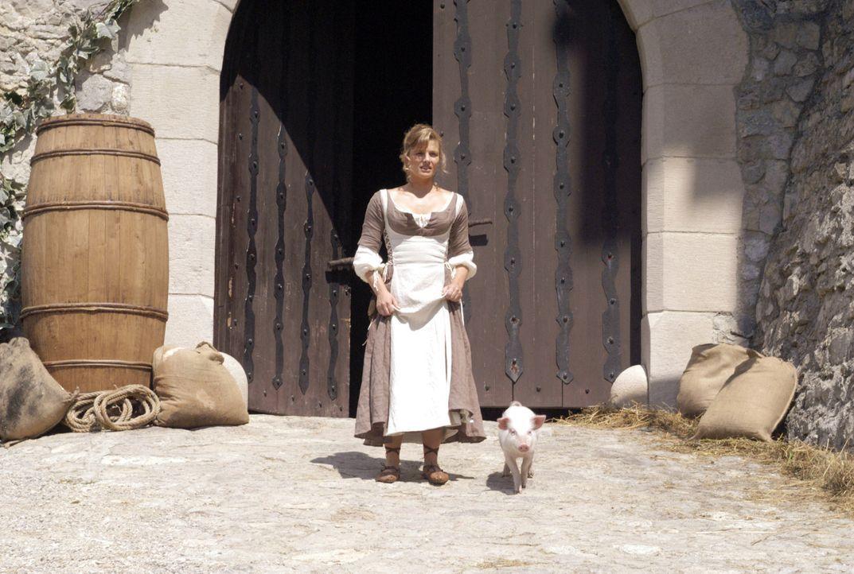 Die Küchenhilfe Anita (Daniela Wutte) konnte das kleine Schwein gerade noch rechtzeitig vorm Metzger bewahren … - Bildquelle: Constantin Film