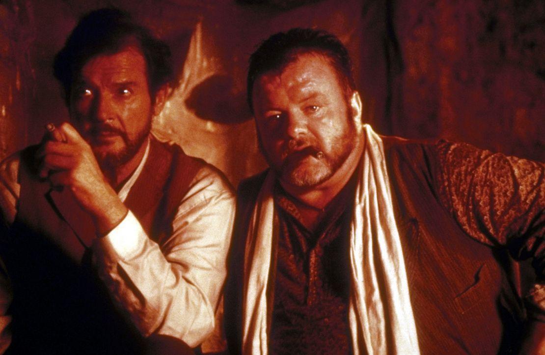 Der Pirat Harry Smith (Jack McGee, r.) würde für seinen risikofreudigen Boss Dobbs (Roger Moore, l.) im Notfall sein Leben riskieren ... - Bildquelle: Universal Pictures