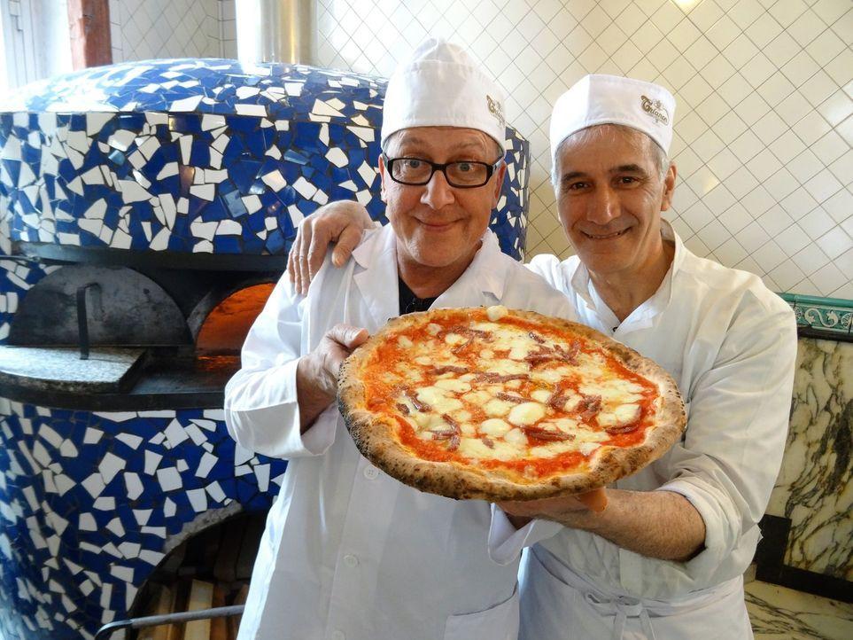 In Neapel macht sich Dirk Hoffmann (l.) auf die Suche nach der besten Pizza. - Bildquelle: kabel eins