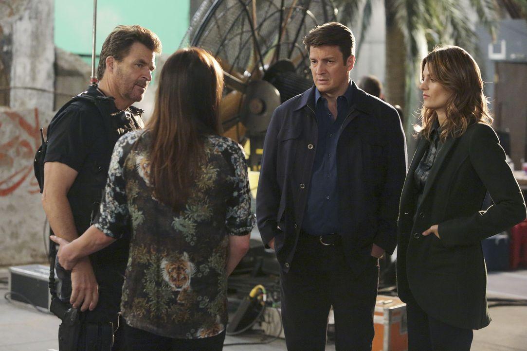 Um den Mord an Lance Delorca aufzuklären, tauchen Castle (Nathan Fillion, 2.v.r.) und Beckett (Stana Katic, r.) in die Filmwelt ein und stoßen dabei... - Bildquelle: ABC Studios