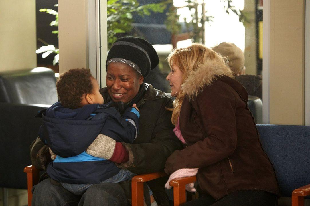 Wollen alles tun, um mit Liam eine eigene Familie zu gründen: Bob (Carlease Burke, l.) und ihre Partnerin Monica (Chloe Webb, r.) ... - Bildquelle: 2010 Warner Brothers