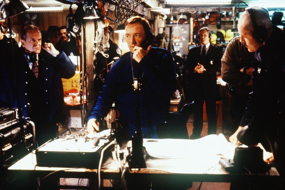 Stehen vor einer schwierigen Aufgabe: Chief Al Travis (John Spencer, l.), Kommander Adam Beck (David Morse, r.) und Spezialagent Chris Sabian (Kevin... - Bildquelle: TM+  Warner Bros.