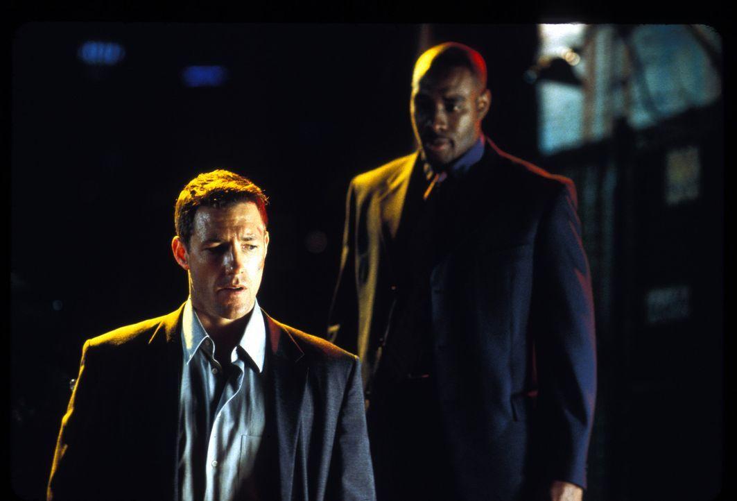 Nachdem der Bankchef von Jake Vigs (Edward Burns, l.) Plan erfahren hat, wird Travis (Morris Chestnut, r.) auf ihn angesetzt ... - Bildquelle: Lions Gate Films Inc.