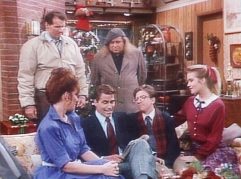 Ein Schutzengel (Sam Kinison, 3.v.r.) führt Al (Ed O'Neill, l.) vor, wie gut es seiner Familie ohne ihn ging. - Bildquelle: Columbia Pictures