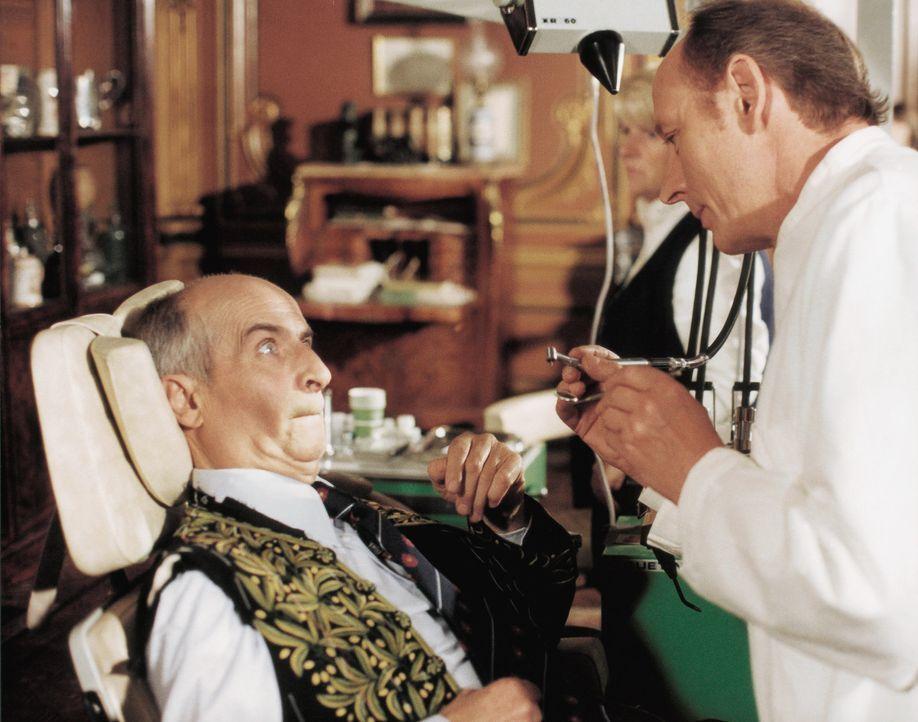 Nachdem sein Gegner Trictal ihn zwang große Mengen verdorbener Speisen zu essen, muss Charles (Louis de Funès, l.) zum Arzt. Er fürchtet, er hat sei... - Bildquelle: Kinowelt GmbH