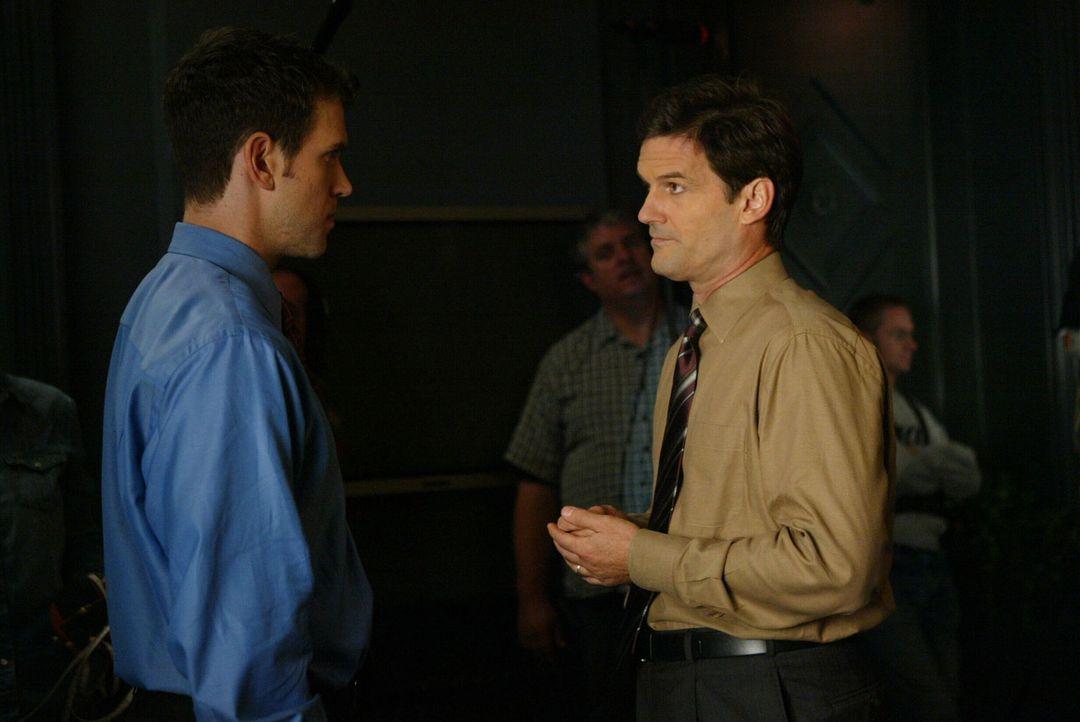 Auch privat führt Luke Horton (Jeremy Garrett, l.) ein Doppelleben. Er hat eine Affäre mit dem verheirateten Alan (D. W. Moffett, r.) ... - Bildquelle: Warner Bros. Entertainment Inc.