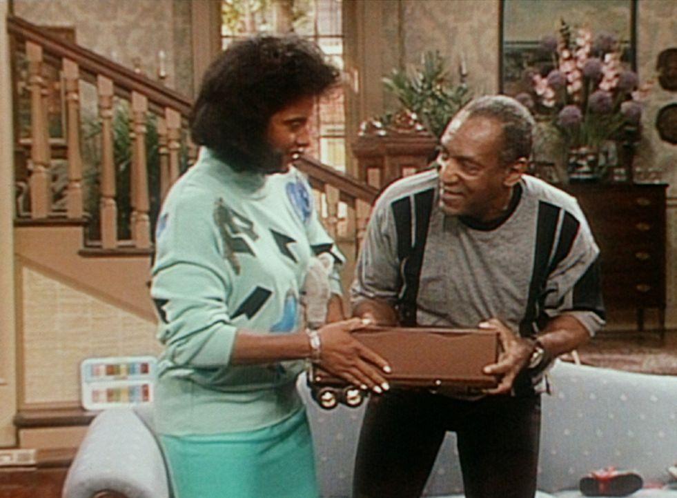 Clair (Phylicia Rashad, l.) will Cliff (Bill Cosby, r.) sein Spielzeugauto wegnehmen, aber der will es unbedingt behalten, weil er darin ein Sandwic... - Bildquelle: Viacom