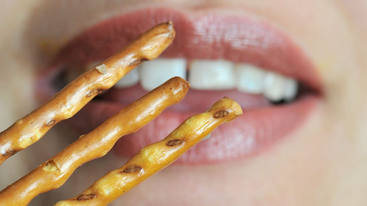 Salzstangen und Cola helfen bei Verdauungsproblemen - Bildquelle: dpa