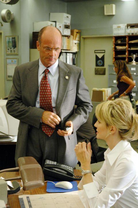 Von Lt. John Stillman (John Finn, l.) erhält Det. Lilly Rush (Kathryn Morris, r.) den Auftrag, die Ermittlungen in einem dreifachen Mord neu aufzuro... - Bildquelle: Warner Bros. Television