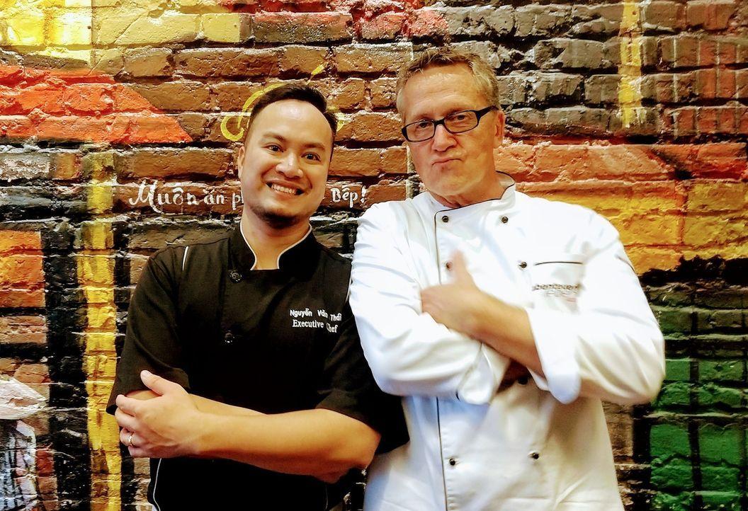Auf seiner kulinarischen Reise um die Welt macht Dirk Hoffmann (r.) auch in Vietnam Halt ... - Bildquelle: Kabel Eins