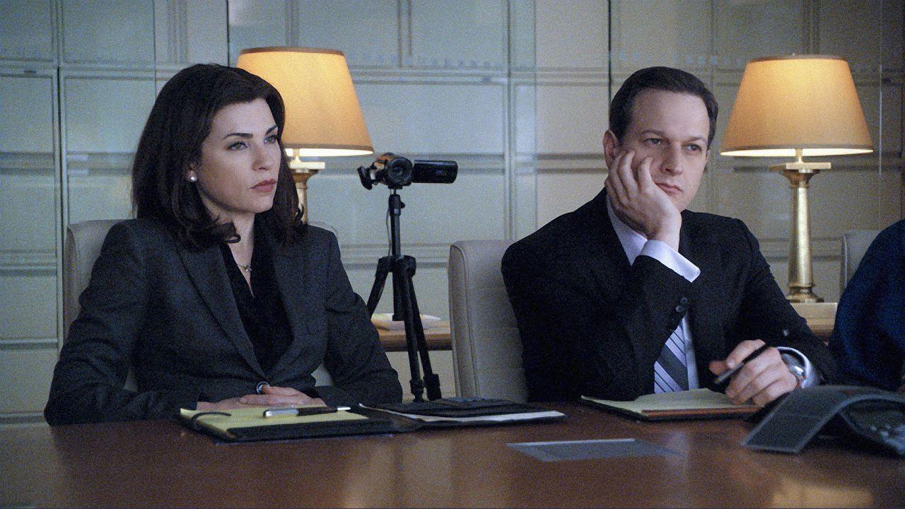 Alicia Florrick (Julianna Margulies, l.) und Will Gardner (Josh Charles, r.) hören sich genau an, was ihr neuer Mandant zu sagen hat. - Bildquelle: CBS   2011 CBS Broadcasting Inc. All Rights Reserved.