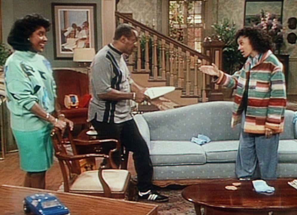 Cliff (Bill Cosby, M.) bedroht Sondra (Sabrina LeBeauf, r.) mit einem Staubsauger, was Clair (Phylicia Rashad) sehr amüsiert. - Bildquelle: Viacom