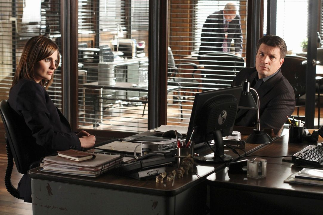 Immer wieder scheinen sich Richard Castle (Nathan Fillion, r.) und Kate Beckett (Stana Katic, l.) bei ihren Ermittlungen im Kreis zu drehen ... - Bildquelle: ABC Studios