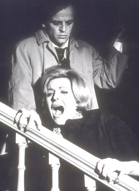 Als die Sekretärin Anne (Sabina Sesselmann, vorne) in finsterer Nacht dem zwielichtigen Peter Keene (Klaus Kinski, hinten) begegnet, hängt ihr Leben... - Bildquelle: Goldstone Film Enterprises