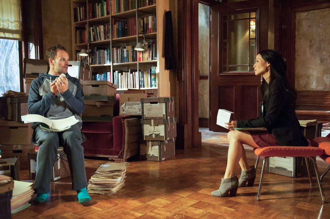 Als die Leiche eines Auftragskillers gefunden wird, beginnen Sherlock Holmes (Jonny Lee Miller, l.) und Joan Watson (Lucy Liu, r.) mit den Ermittlun... - Bildquelle: CBS Television