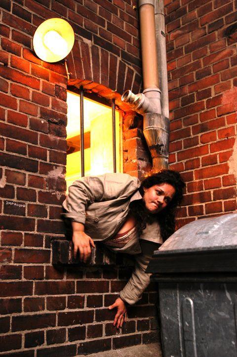 Aus Angst, ihr Chat-Freund Stefan könne von ihr enttäuscht sein, verlässt Alma (Katrin Filzen) den Treffpunkt durch einen etwas zu engen Hinterau... - Bildquelle: Willi Weber ProSieben