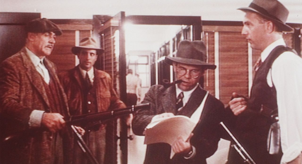 Jim Malone (Sean Connery, l.), George Stone (Andy Garcia, 2.v.l.) Oscar Wallace (Charles Martin Smith, 2.v.r.) und Eliot Ness (Kevin Costner, r.) be... - Bildquelle: Paramount Pictures