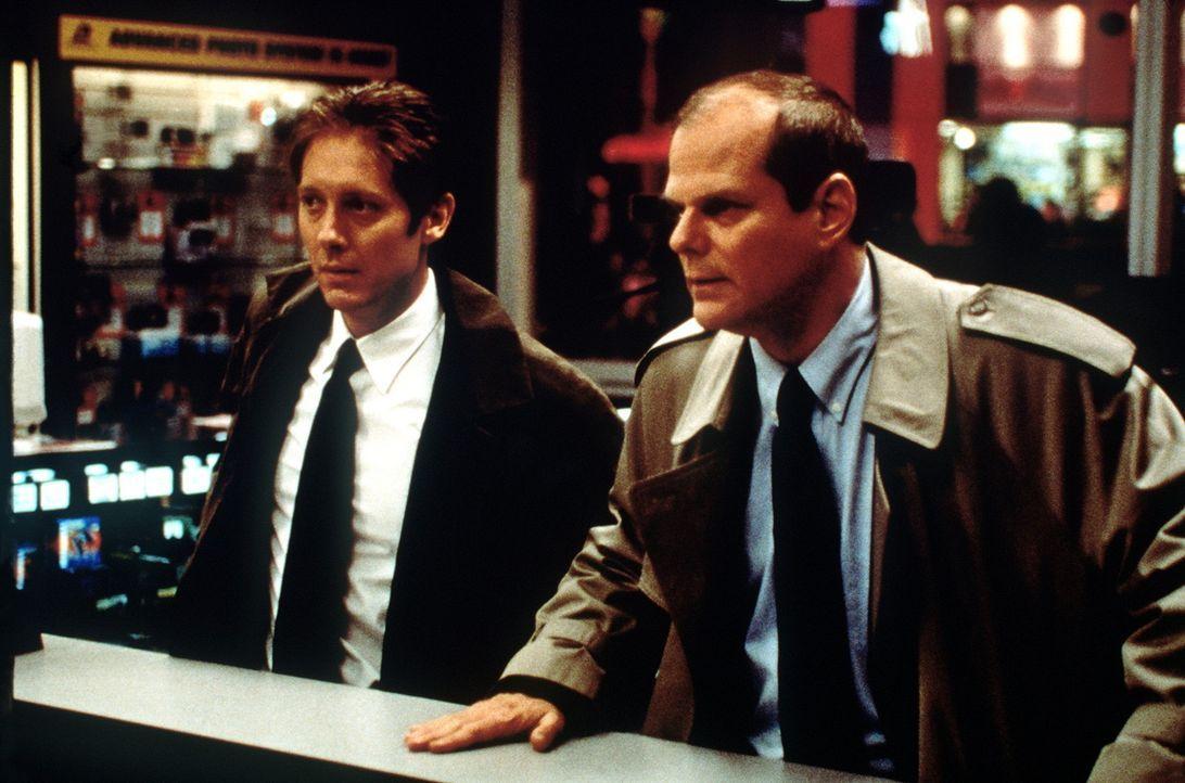Als FBI-Agent Joel Campbell (James Spader, l.) eine Nachricht erhält, dass der Killer ihm genau 24 Stunden Zeit gibt, das nächste Blutbad zu verhi... - Bildquelle: Universal Pictures