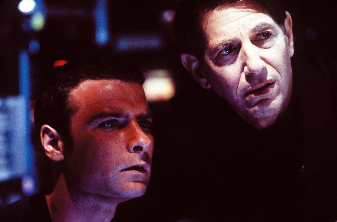 Dr. Ted Fielding (Liev Schreiber, l.) und Captain Harold Barnes (Peter Coyote, r.) sind beunruhigt: Im Inneren des abgestürzten Raumschiffs existier... - Bildquelle: Warner Bros. Pictures