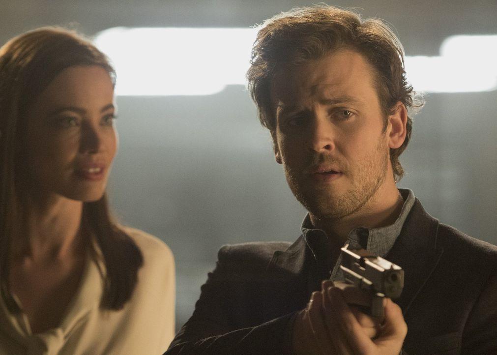 (v.l.n.r.) Mystery Woman (Stephanie Corneliussen); Cameron Black (Jack Cutmore-Scott) - Bildquelle: Warner Bros.