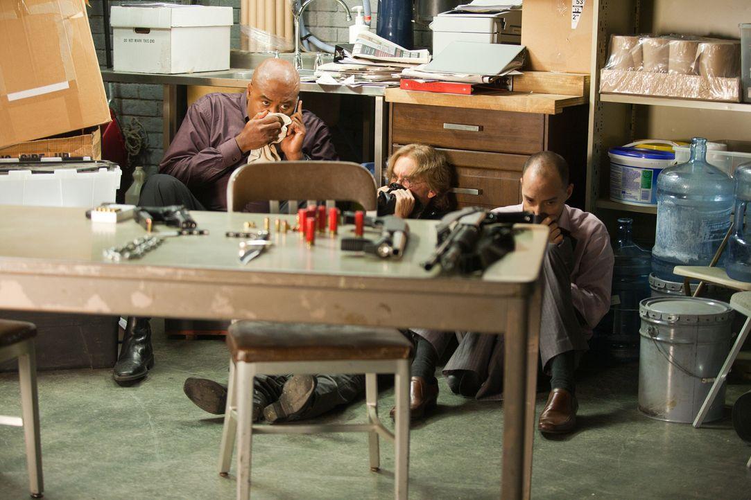 Winston (Chi McBride, l.), Guerrero (Jackie Earle Haley, M.) und Harry (Tony Hale, r.) brauchen einen Fluchtweg ... - Bildquelle: 2011  Warner Bros.