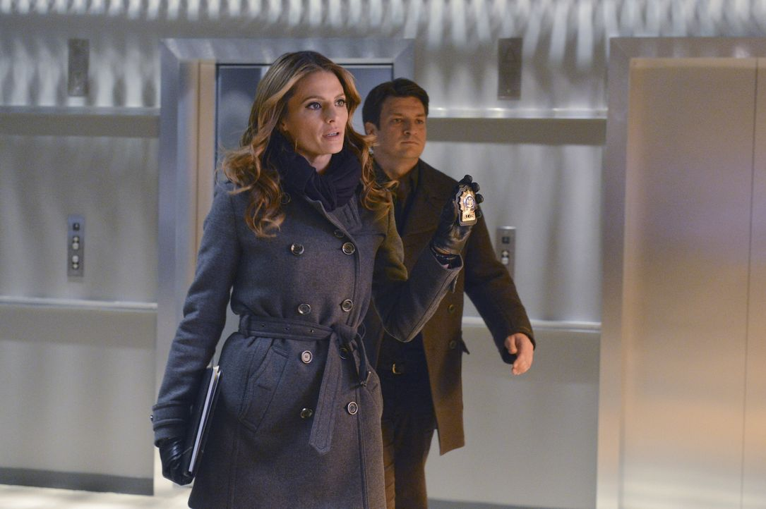 Ermitteln in einem neuen Fall: Castle (Nathan Fillion, r.) und Beckett (Stana Katic, l.) ... - Bildquelle: 2013 American Broadcasting Companies, Inc. All rights reserved.
