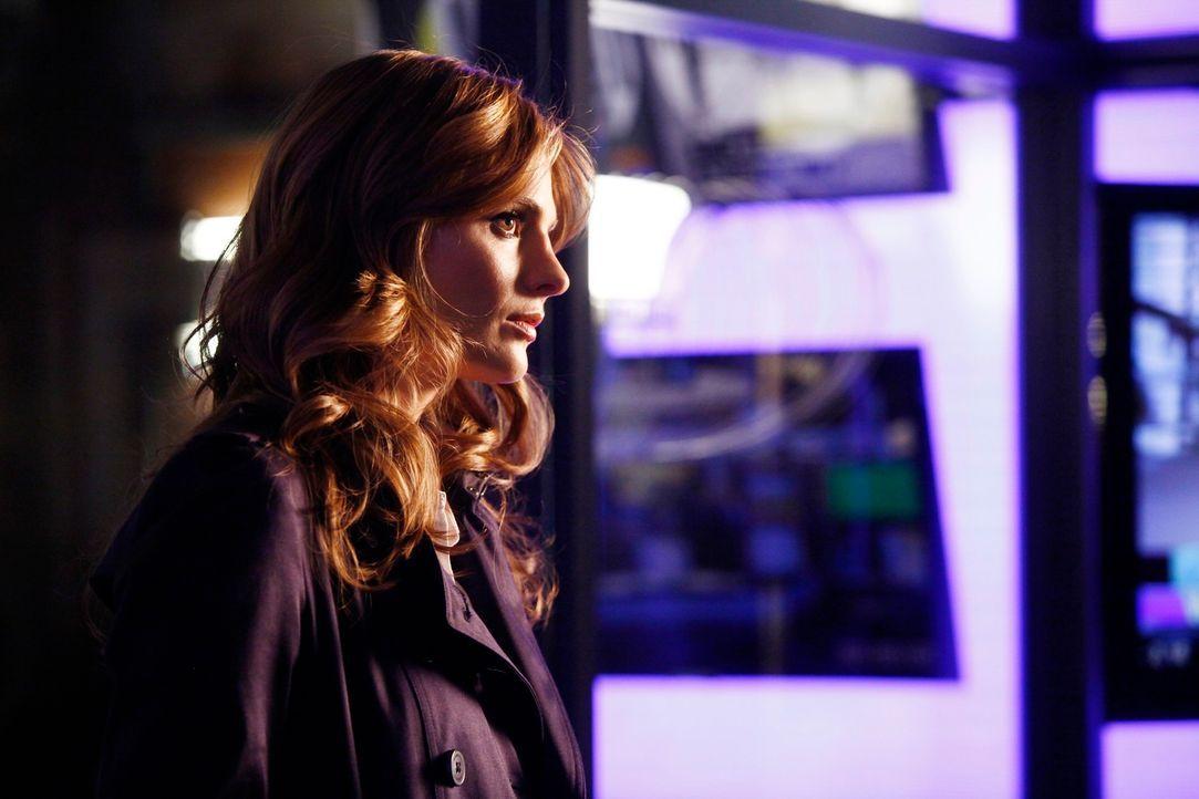 Etwas missmutig beobachtet Beckett (Stana Katic), wie sich Castle angeregt mit der Moderatorin Kristina Cottera unterhält ... - Bildquelle: 2012 American Broadcasting Companies, Inc. All rights reserved.