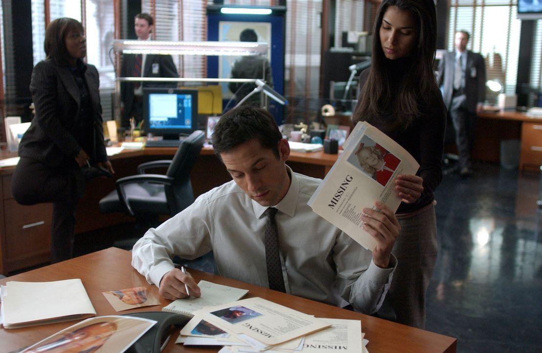 Danny (Enrique Murciano, l.) und Elena (Roselyn Sanchez, r.) gehen die Bilder der vermissten Mädchen durch. Ob sie dort fündig werden? - Bildquelle: Warner Bros. Entertainment Inc.
