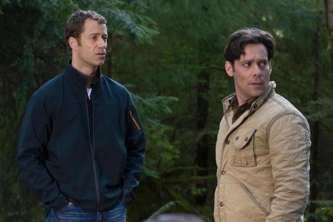 In Eureka wimmelt es nur so von Emotionen. Aber nicht nur fangen Carter (Colin Ferguson, l.) und Dr. Grant (James Callis, r.) an, sich um Allison zu... - Bildquelle: Universal Television