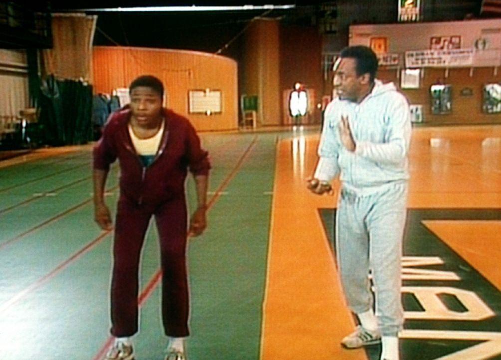 Theo (Malcolm-Jamal Warner, l.) lernt von seinem Vater Cliff (Bill Cosby, r.), wie man einen Wettlauf am besten durchführt. - Bildquelle: Viacom