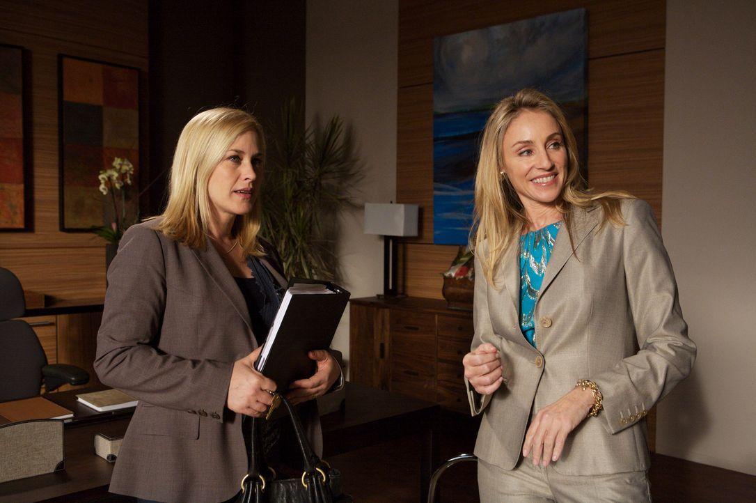Caitlyn Lynch (Tracy Pollan, r.) zeigt Allison  (Patricia Arquette, l.) ihr neues Büro ... - Bildquelle: Paramount Network Television