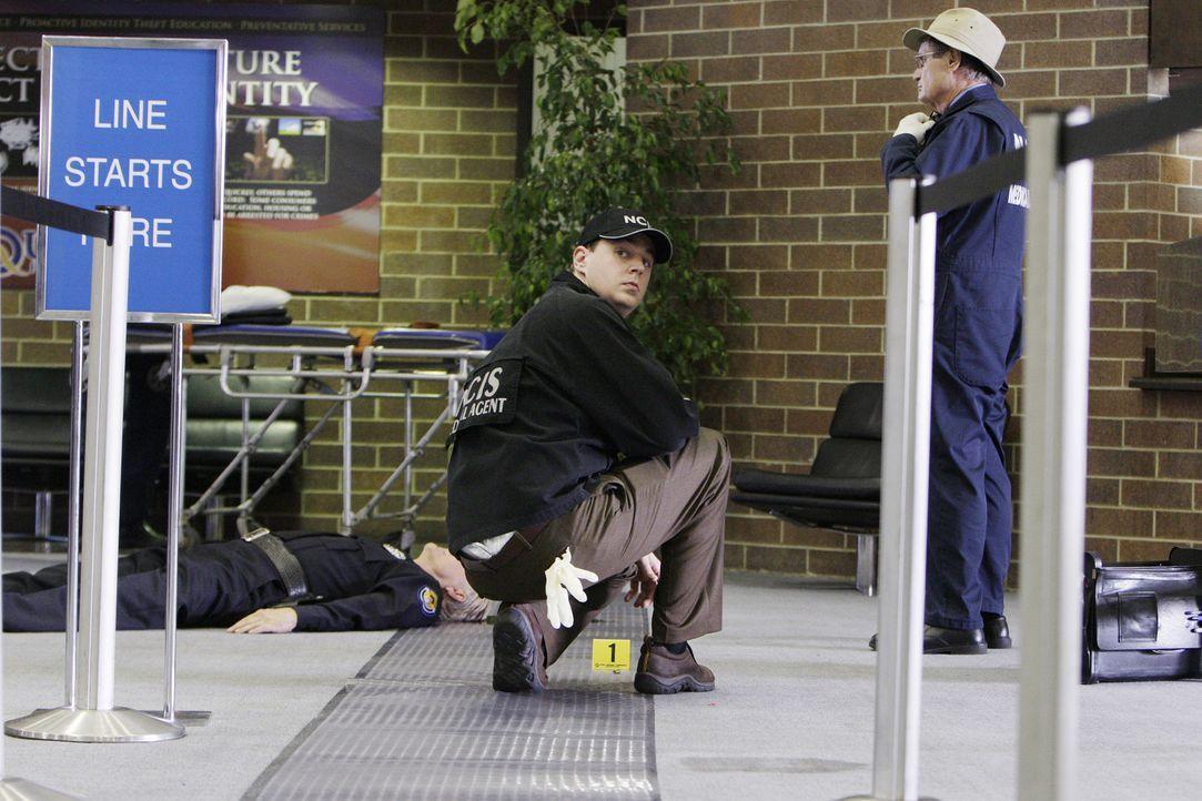 Eine Bank auf dem Navy-Stützpunkt in Quantico wird überfallen und dabei ein Wachmann erschossen. McGee (Sean Murray, M.) und Ducky (David McCallum,... - Bildquelle: CBS Television