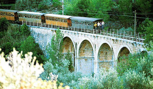 Mit dem Zug - Bildquelle: dpa