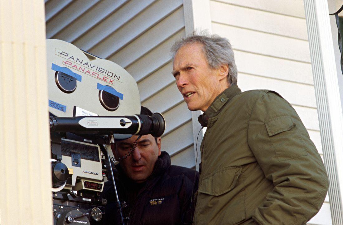 Regisseur Clint Eastwood bei der Arbeit ... - Bildquelle: Warner Bros. Pictures