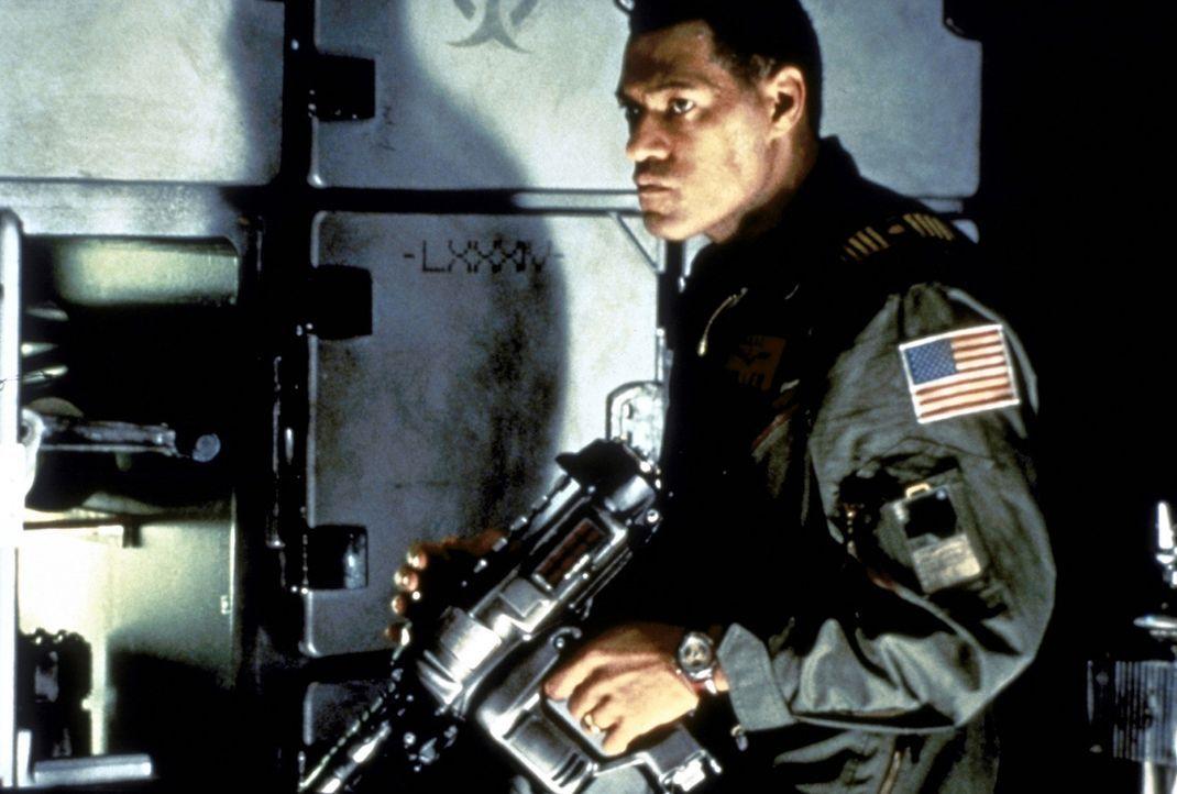 Um seine Besatzung auf der Rettungsmission zu schützen, setzt sich Captain Miller (Lawrence Fishburne) selbst der größten Gefahr aus ... - Bildquelle: Paramount Pictures