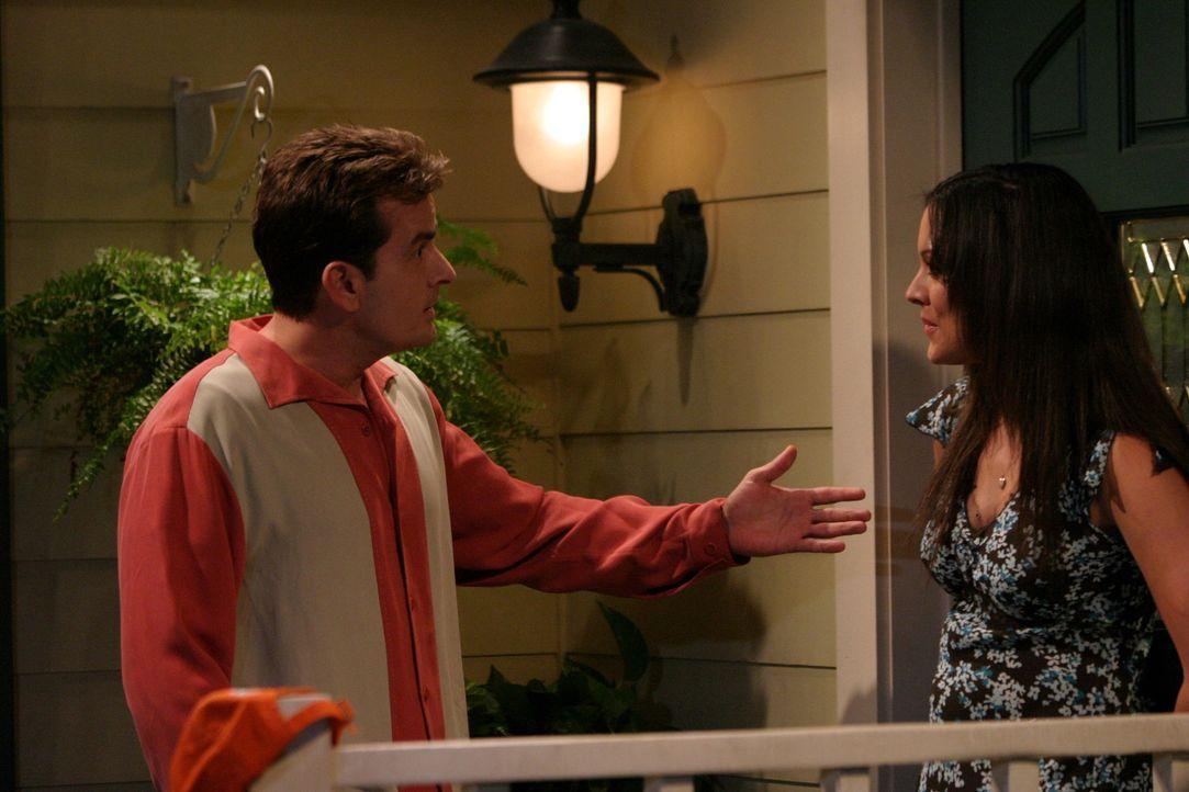 Charlie (Charlie Sheen, l.) ist einer Romanze mit der allein erziehenden Kate (Liz Vassey, r.) nicht gewachsen ... - Bildquelle: Warner Brothers Entertainment Inc.
