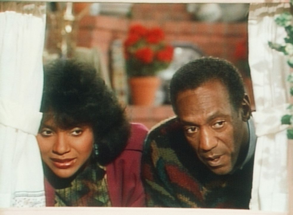 Clair (Phylicia Rashad, l.) und Cliff (Bill Cosby, r.) beobachten aus einem Versteck, wie Rudy beim Spiel autoritäre Verhaltensweisen an den Tag le... - Bildquelle: Viacom