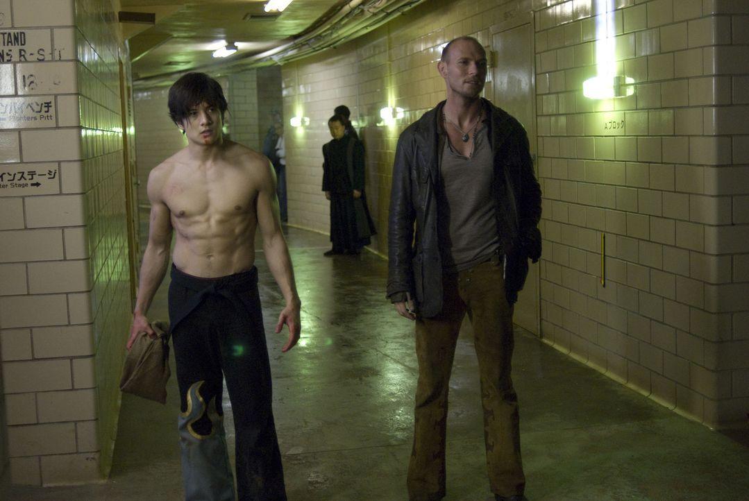 Jin Kazama (Jon Foo, l.) muss von klein auf für sein Überleben kämpfen. Geboren in ärmlichsten Verhältnissen lernt er schnell, dass auf den Straßen... - Bildquelle: 2010 CST PRODUCTIONS, LLC   ALL RIGHTS RESERVED