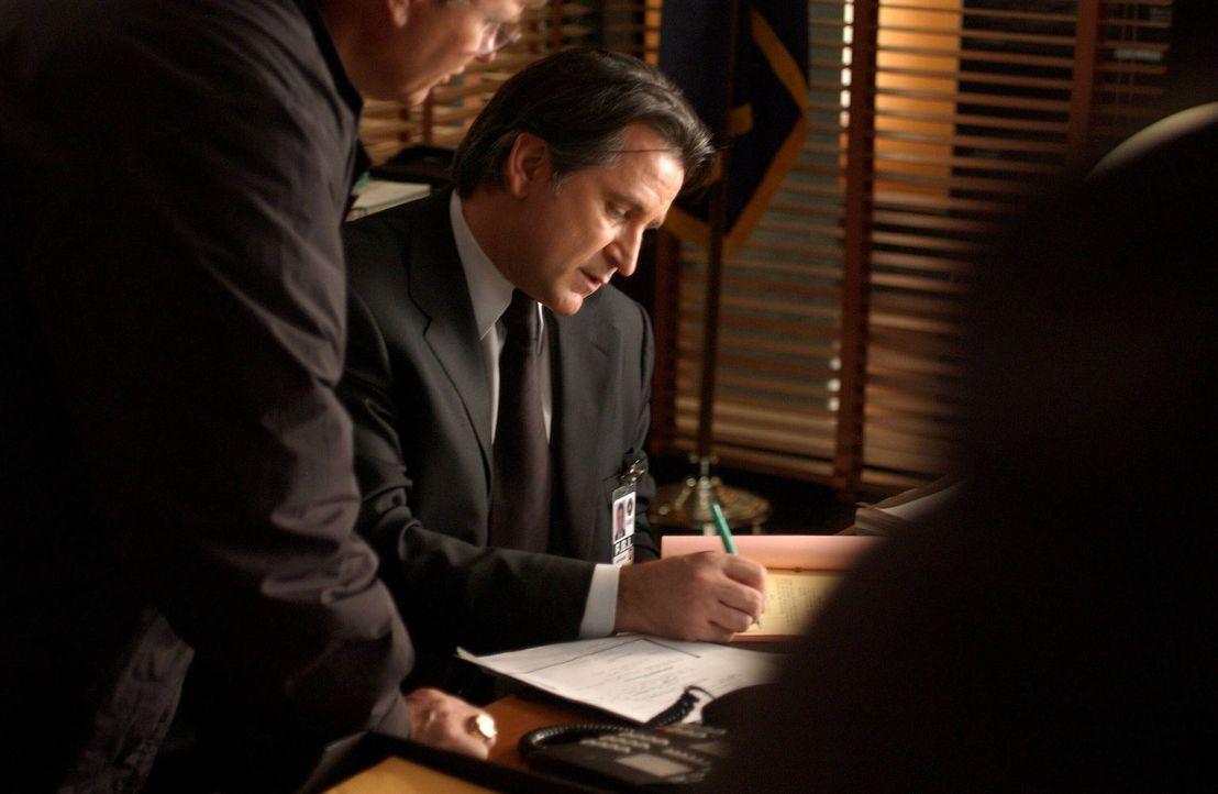 Jack Malone (Anthony LaPaglia, M.) und sein Team verfolgen eine heiße Spur ... - Bildquelle: Warner Bros. Entertainment Inc.