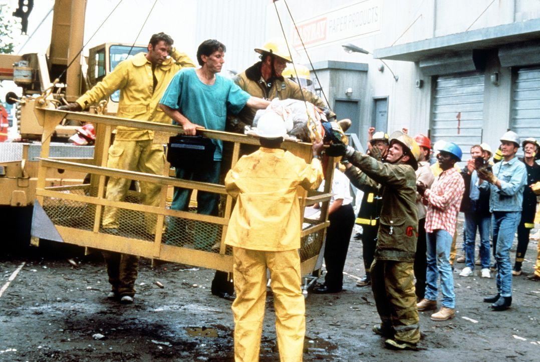 Im unermüdlichen Einsatz bemühen sich die Helfer, die letzten Überlebenden zu finden ... - Bildquelle: Columbia Pictures Television