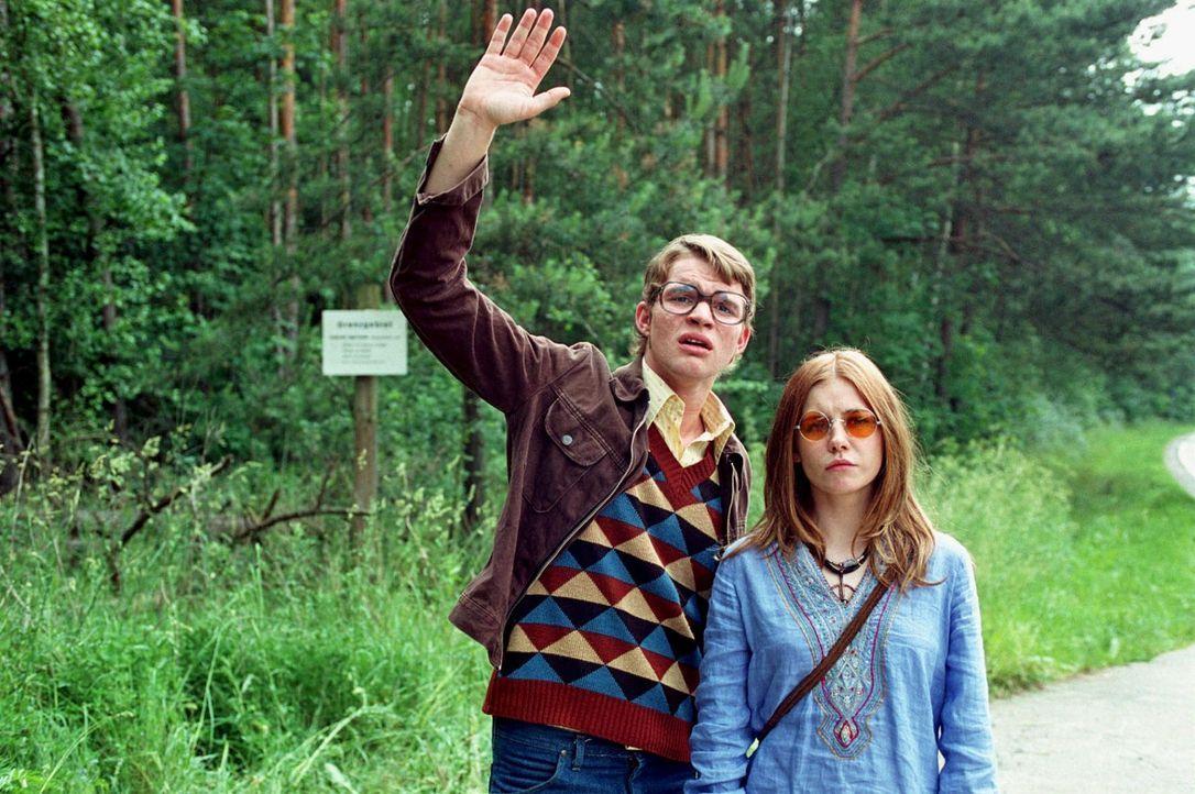 Der Bus mit ihrer Klasse ist weg - und die beiden West-Jugendlichen Alexandra (Josefine Preuß, r.) und Ditmar Petersen (Tobias Schenke, l.) stehen... - Bildquelle: Aki Pfeiffer Sat.1