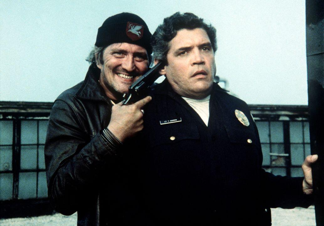 In der Hand gefährlicher Gangster: Lt. Harris (G. W. Bailey, r.)... - Bildquelle: Warner Bros.