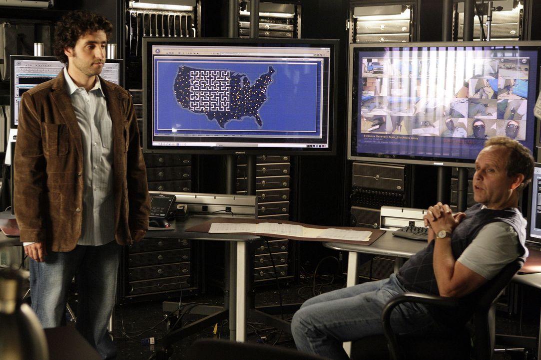 Werden Larry (Peter MacNicol, r.) und Charlie (David Krumholtz, l.) Hinweise auf die Täter finden können? - Bildquelle: Paramount Network Television