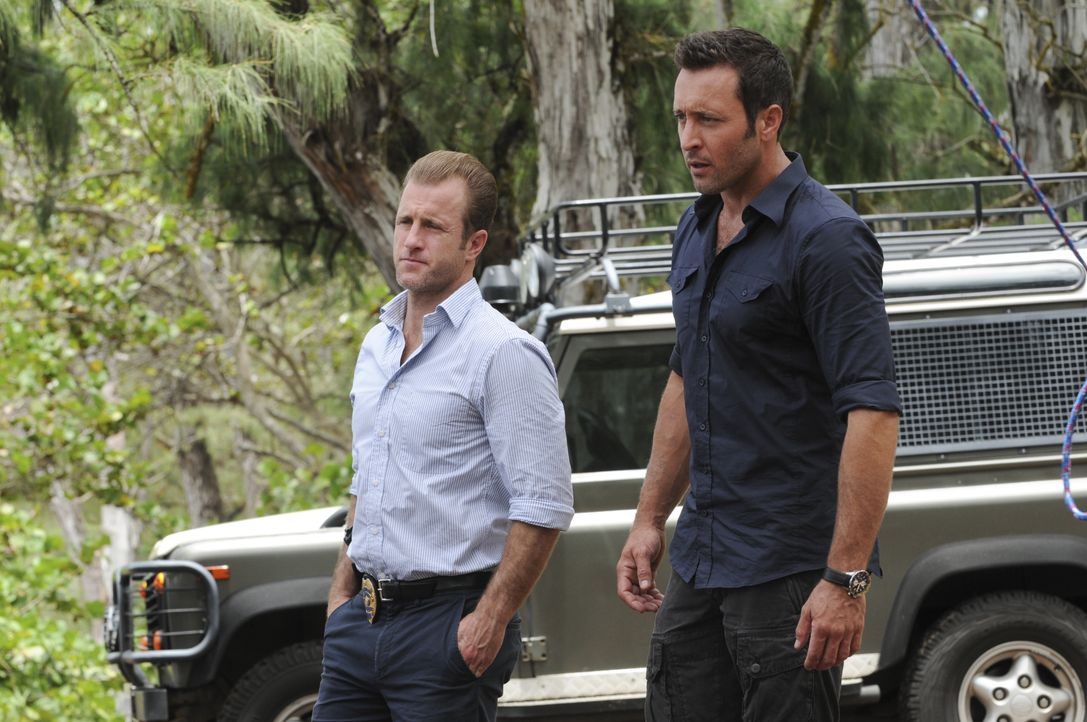 Während Steve (Alex O'Loughlin, r.) und Danny (Scott Caan, l.) in einem neuen Mordfall ermitteln, werden Kono und Adam in ihren Flitterwochen böse ü... - Bildquelle: Norman Shapiro 2015 CBS Broadcasting, Inc. All Rights Reserved / Norman Shapiro