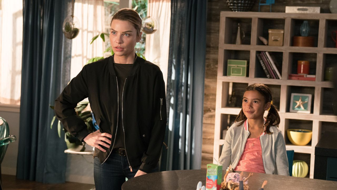 Chloe (Lauren German, l.); Trixie (Scarlett Estevez, r.) - Bildquelle: 2017 Fox Broadcasting Co.