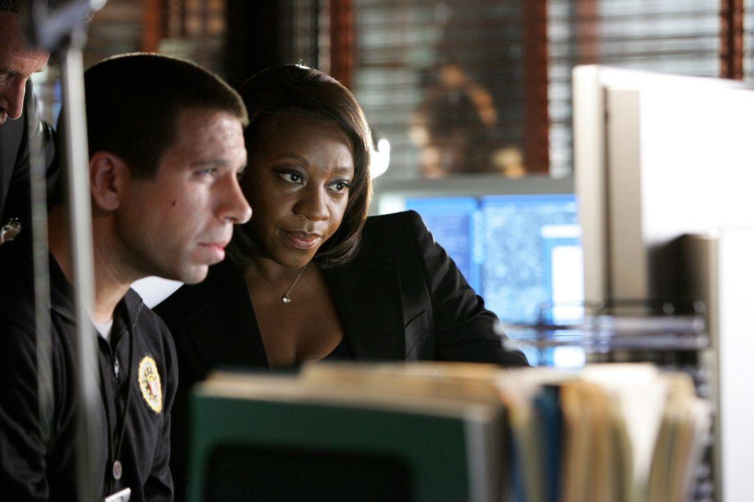 Mac (Joshua Gomez, l.) und Vivian (Marianne Jean-Baptiste, r.) suchen in den alten Unterlagen nach evtl. übersehenen Hinweisen ... - Bildquelle: Warner Bros. Entertainment Inc.