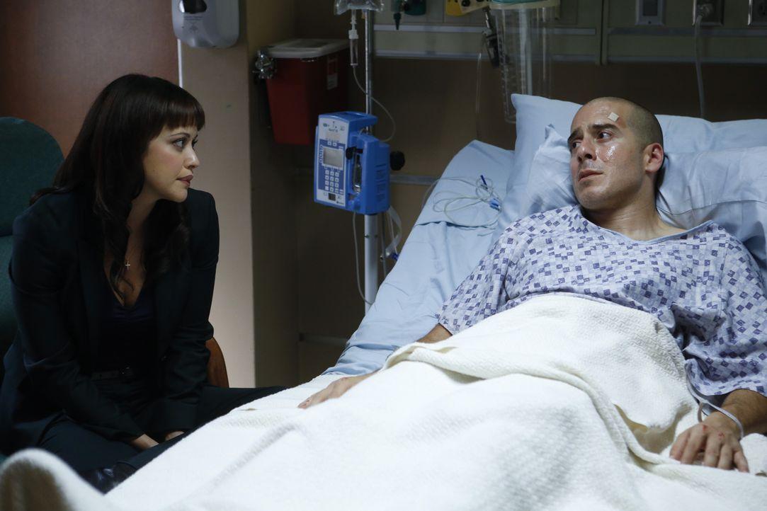 Als Baez' (Marisa Ramirez, l.) auf dem Überwachungsvideo eines Tatorts, an dem ein Mann ermordet wurde, ihren Bruder Javi (Kirk Acevedo) entdeckt, b... - Bildquelle: 2013 CBS Broadcasting Inc. All Rights Reserved.